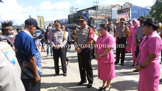 Kapolda Papua Barat Brigjend Drs. Martuani Siregar Sormin.M.Si. saat berkunjung di Polres Sorong Kabupaten.