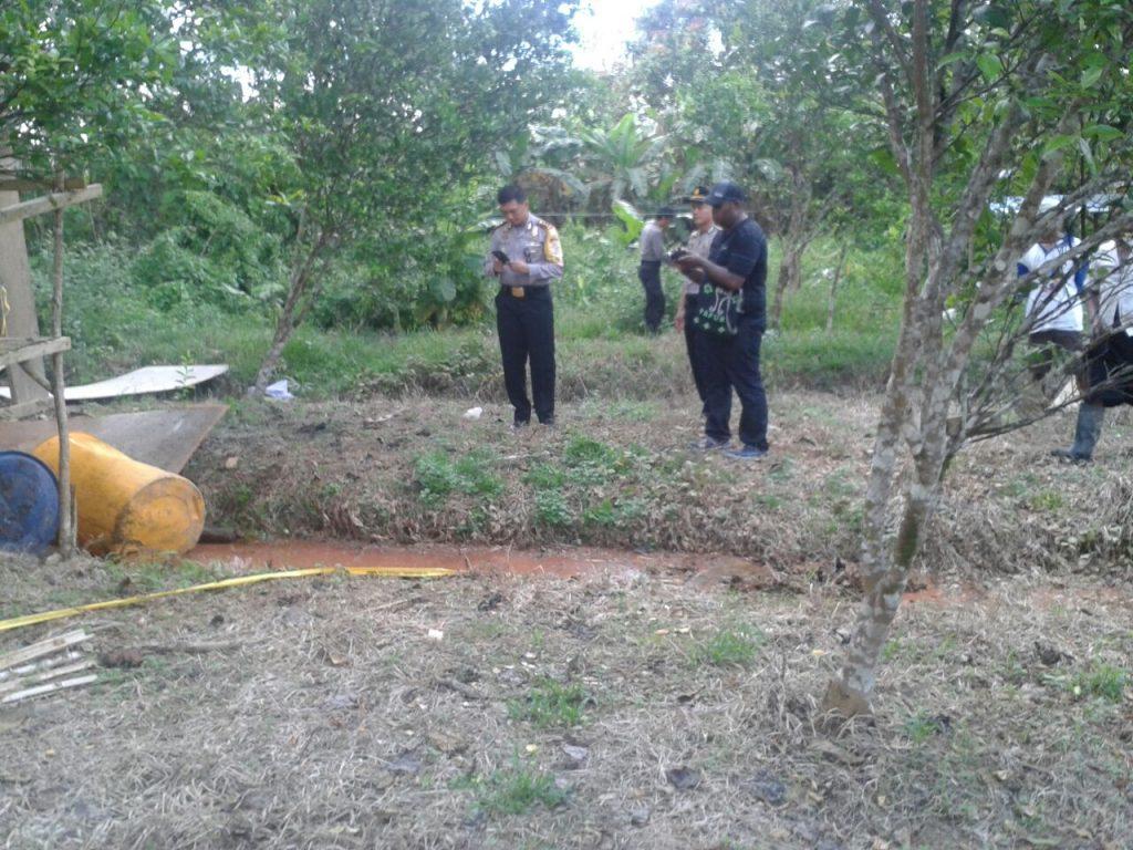 Jajaran Polres Sorong saat menggerebek tempat produksi Miras Lokal