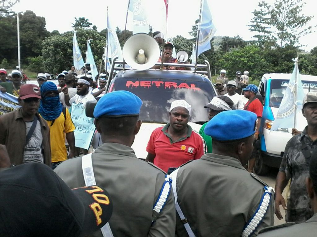 Masyarakat adat suku Moi Maya yg sedang melakukan aksi unjuk rasa dihalaman kantor bupati Raja Ampat.