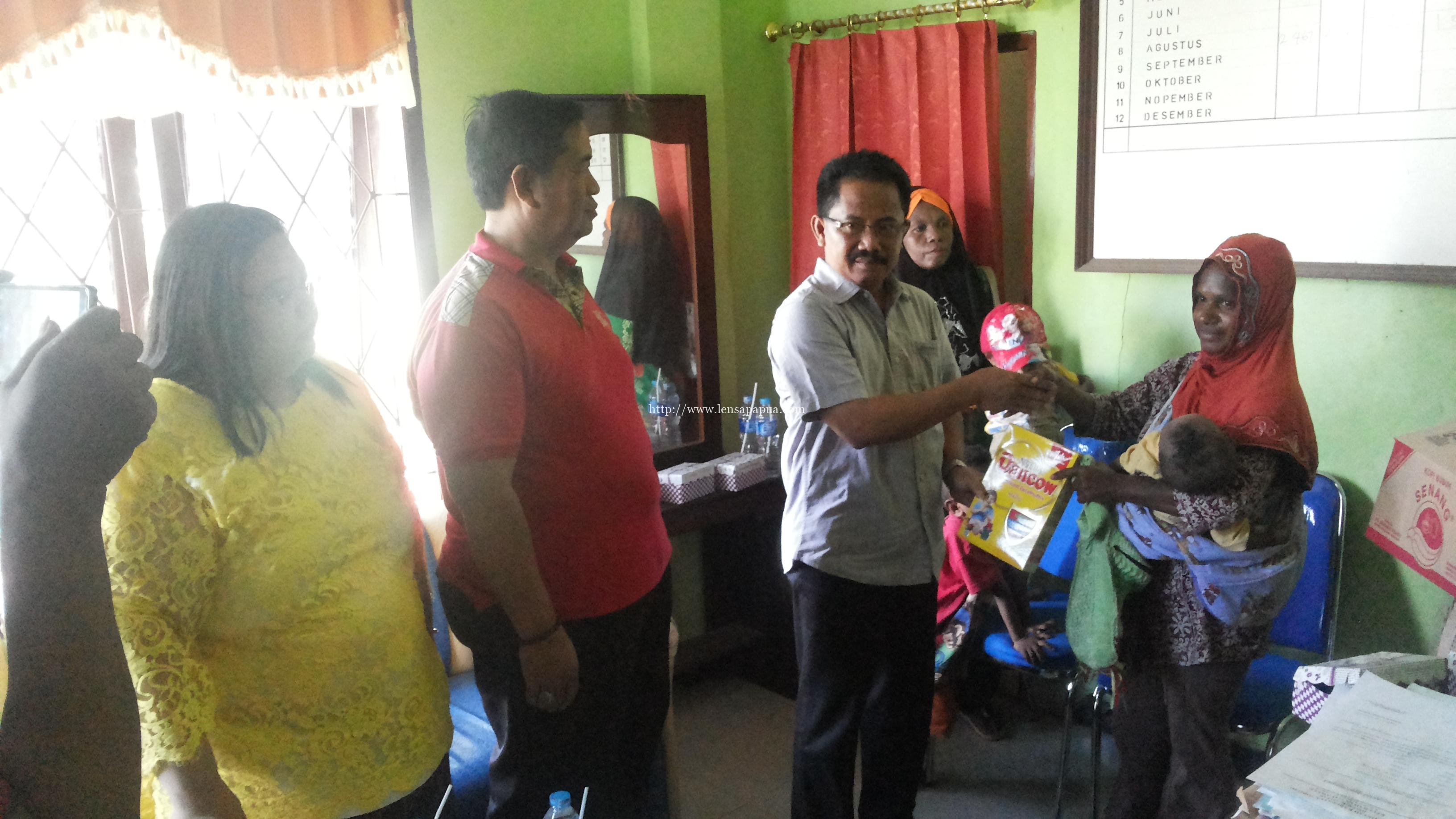Wakil Bupati Sorong, Suka Harjono, S.Sos.,M.Si saat mengunjungi warga. Dok/red