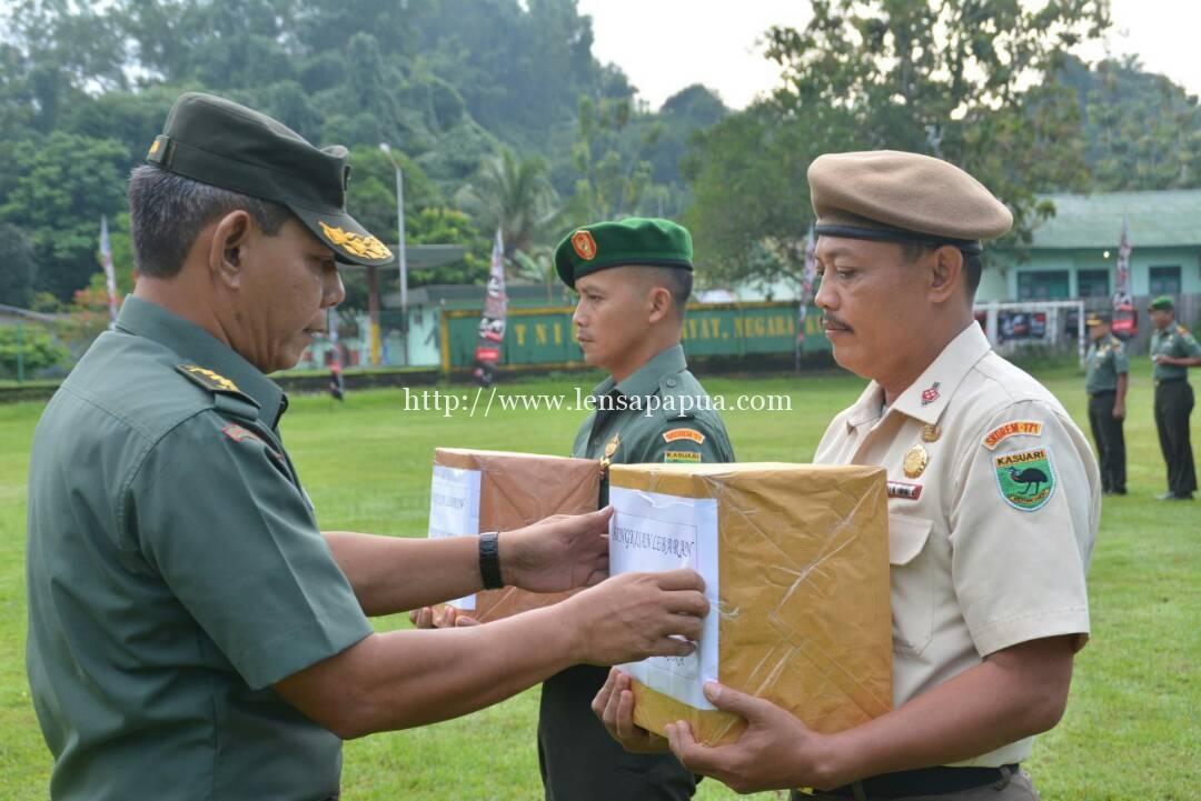 Kasrem menyerahkan bingkisan kepada anggita TNI dan PNS di lingkungan Korem 171 PVT. Dok/red