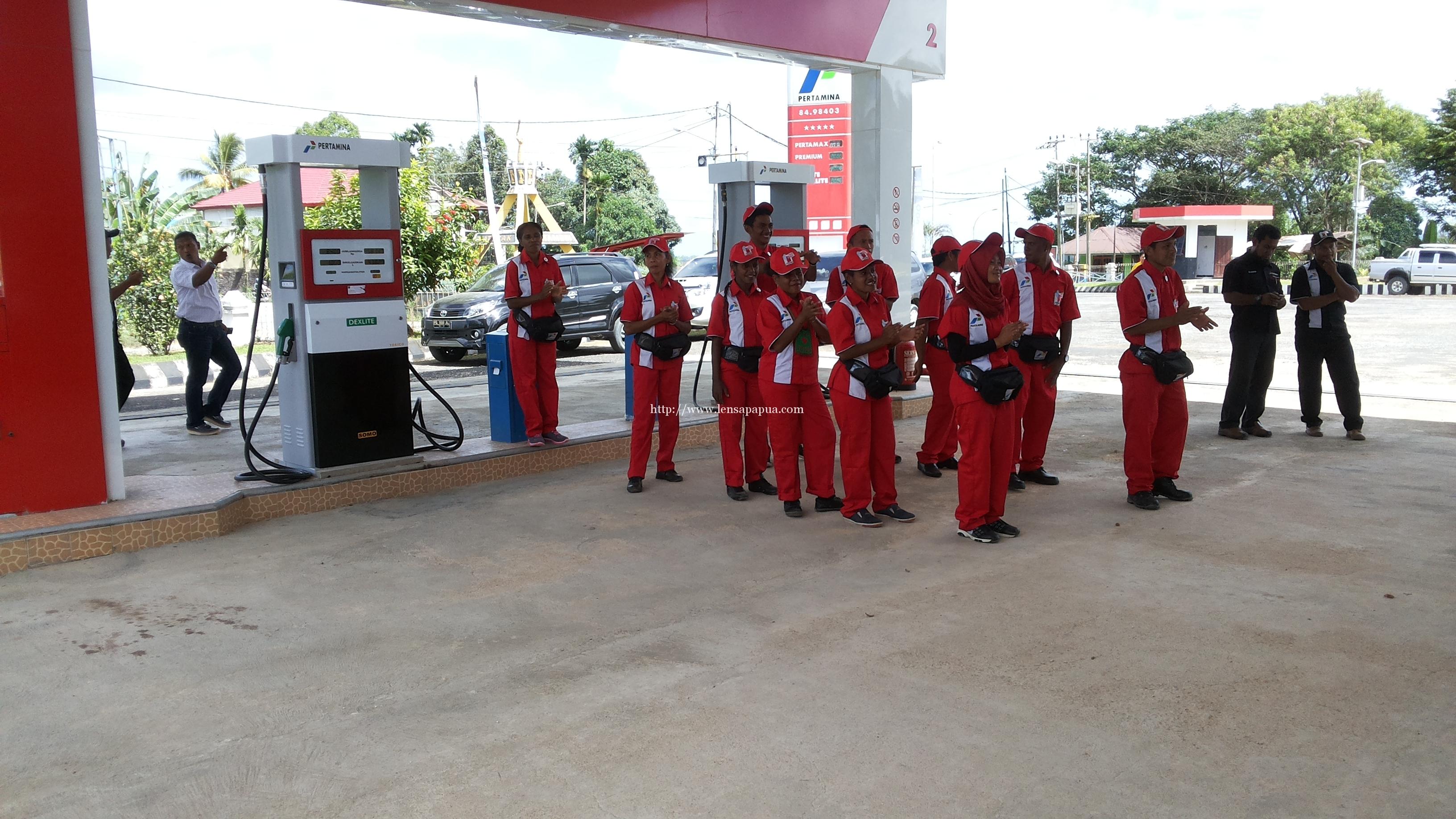 Petugas SPBU KM. 18 siap melayani pelanggan. Dok/red