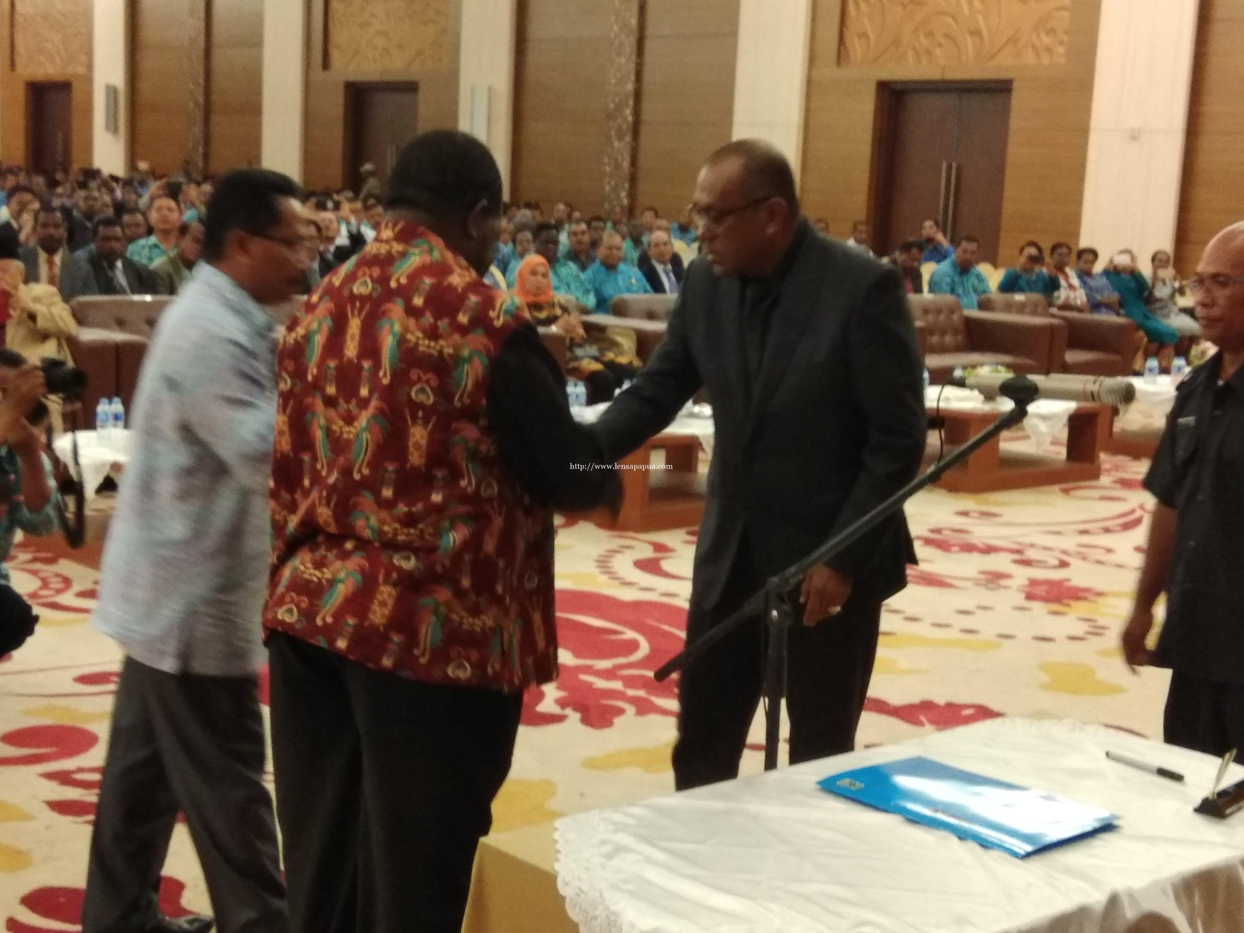 Serah terima jabatan dari Plh. Bupati Sorong, Ir. Moh. Said Noer, M.Si kepada Bupati Sorong periode 2017-2022, DR. Johny Kamuru, SH.,M.Si. dok/red