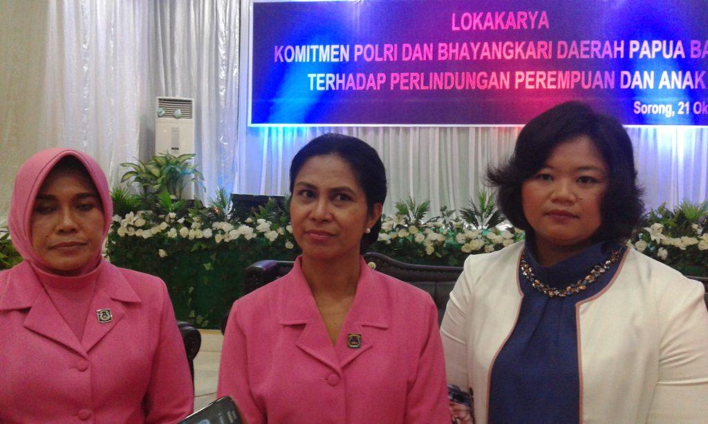 Ketua Bhayangkari Papua Barat, Ny. Jofenita Purnawati Rodja (tengah). Dok/red