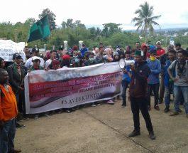 Orasi BEM se-Sorong Raya terkait nasib FKUNIPA, di halaman Gesung DPRD Kab. Sorong. Dok/red