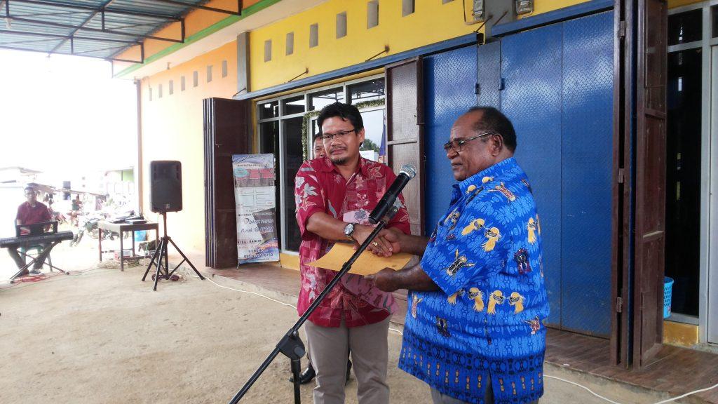 Direktur PT. Putra Residence, Johny Hutapea pose bersama Walikota Sorong. Dok/red