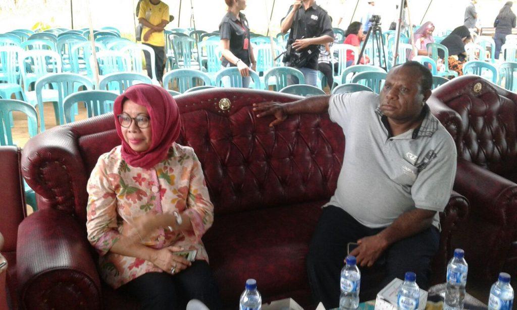Andreas Hadi dan Lusi. Usai peresmian KPR di Sorong. Dok/red