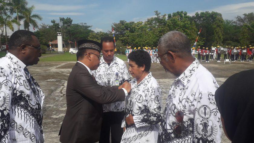 Wakil Bupati Sorong, Suka Harjono menyematkan Bintang Lencana Satya Karya Lencana kepada Yohana Bitti Tupen. Dok/red