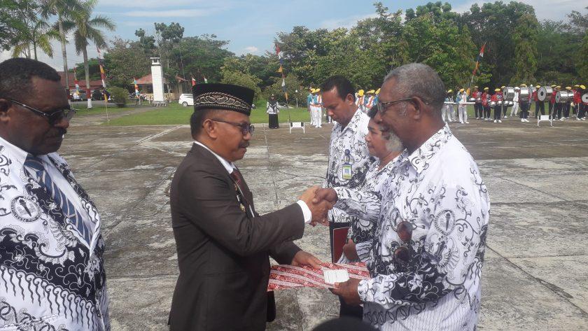 Wakil Bupati Sorong, Suka Harjono menyerahkan SK Pensiun kepada David Womsiwor. Dok/red