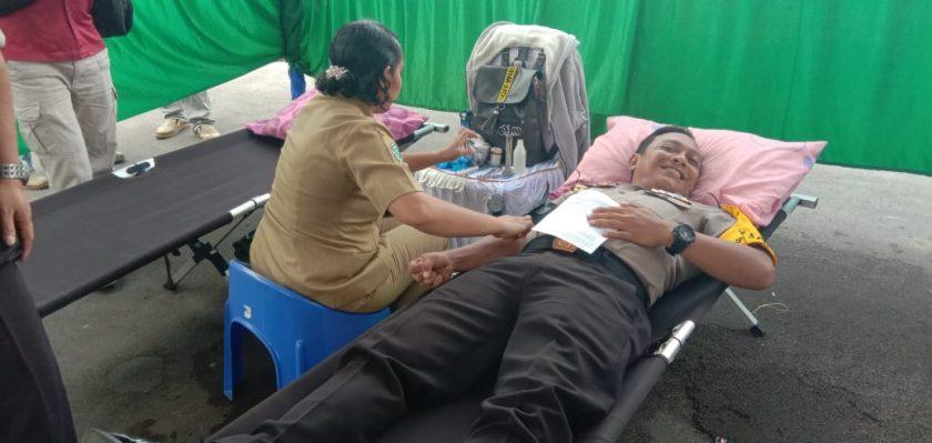 Kapolres Biak, AKBP Mada Indra Laksanta, SIK., M.Si saat turut mendonorkan darahnya. Dok/red