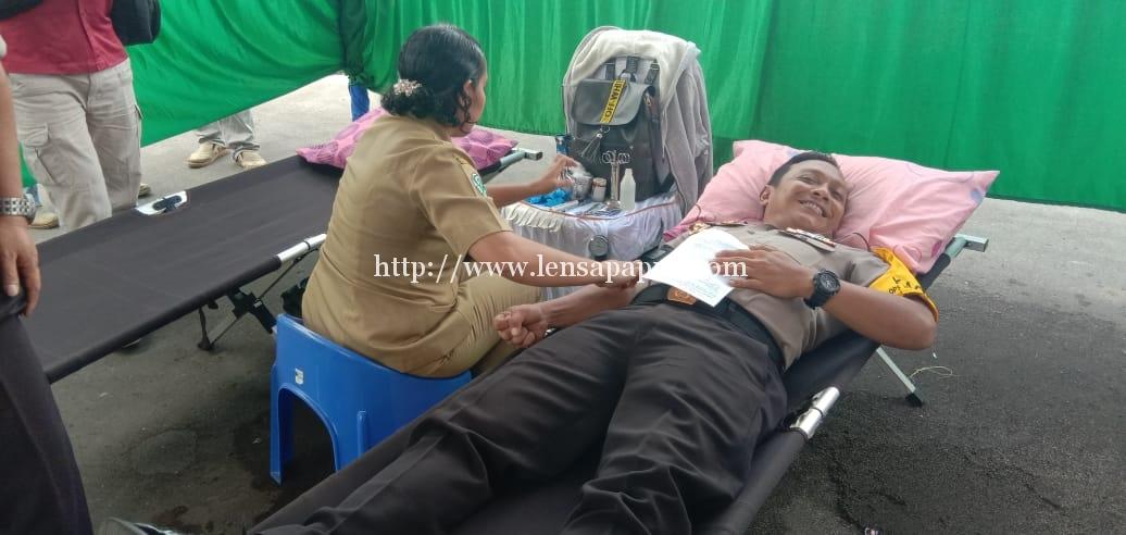 Kapolres Biak saat turut mendonorkan darahnya. Dok/red