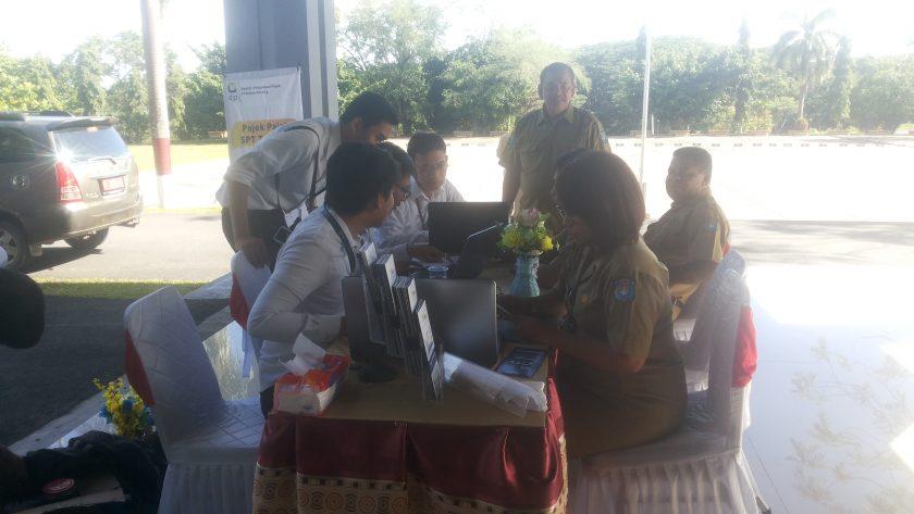 ASN Pemkab Sorong saat menyampaikan laporan pajak tahunan di Pojok Pajak KPP Pratama Sorong di Kantor Bupati Sorong, Senin (11/3/2019). Dok/red