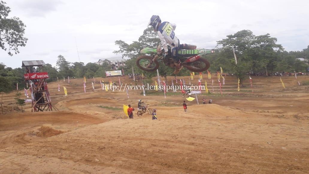 Dominggus Mandacan Buka Grasstrack Kapolda Cup