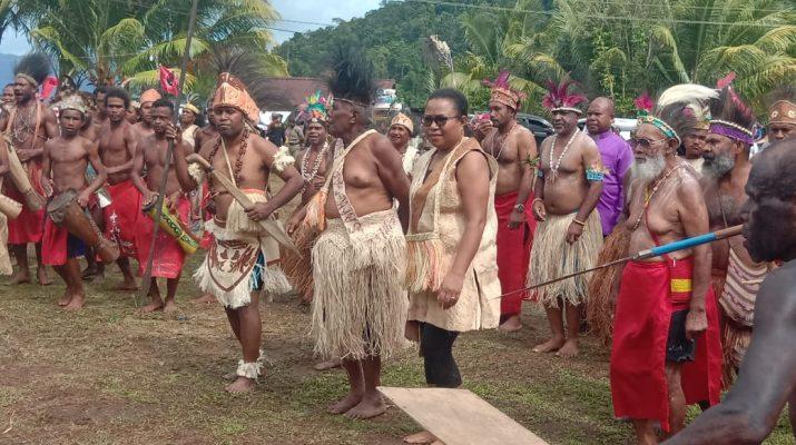 Prosesi penganugerahan gelar adat Mambri Sami Babo kepada Herry Ario Naap. Dok/red