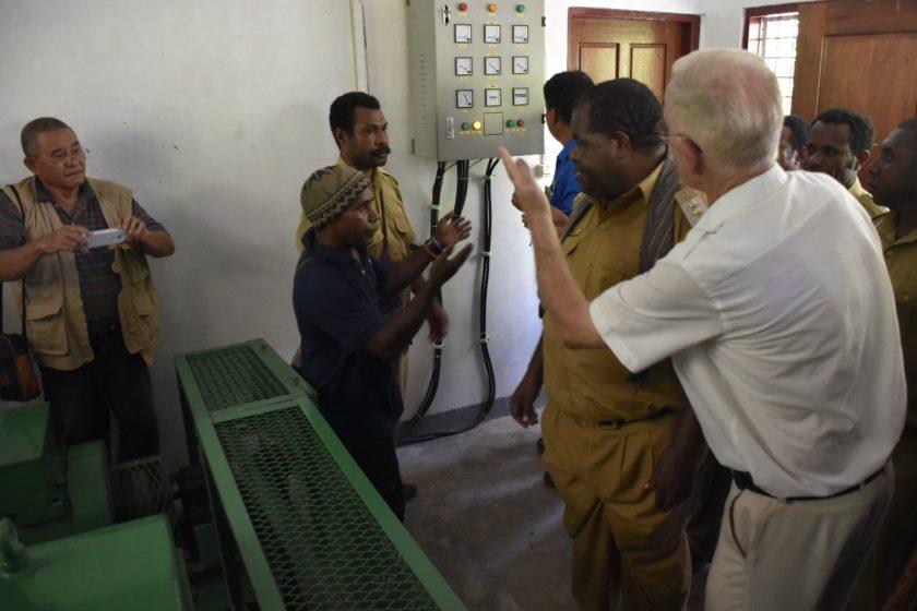 Pimpinan PT. Eon Enginering, Warmick Allison menjelaskan prinsip kerja dasar PLTMH Malawor kepada Bupati Sorong. Dok/humas