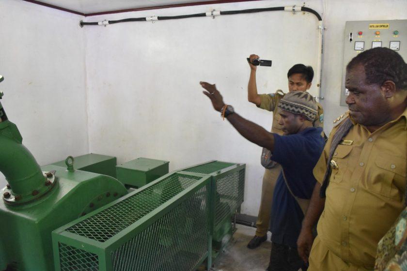 Bupati Sorong, Johny Kamuru meninjau ruang operasi PLTMH Malawor. Dok/humas