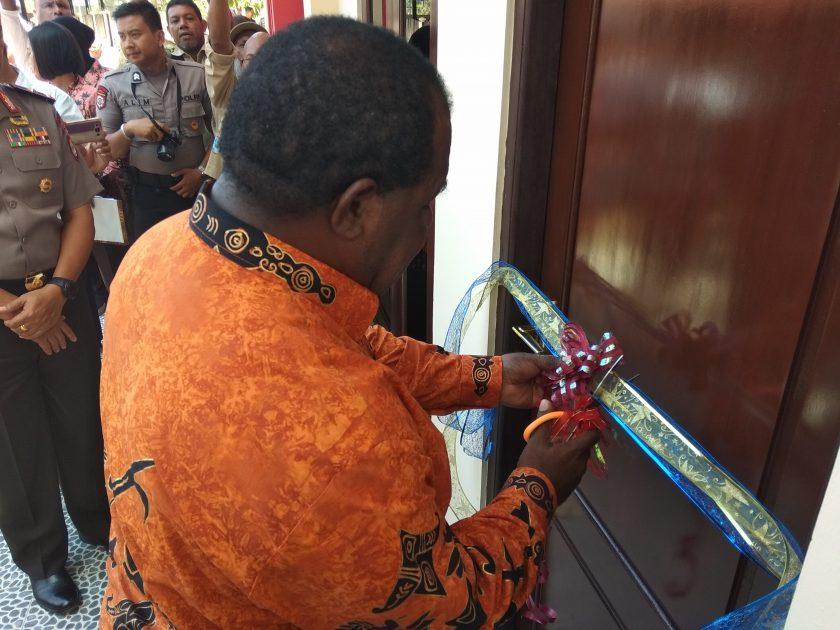 Bupati Sorong, Johny Kamuru melakukan pengguntingan pita meresmikan gedung rutan Polres Sorong. Dok/red