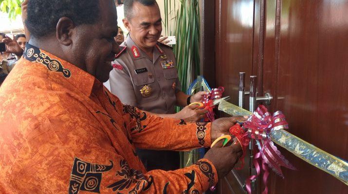 Kapolda Papua Barat, Brigjen Pol Rudolf Alberth Rodja bersama Bupati Sorong, Johny Kamuru saat meresmikan Gedung Serbaguna Endra Sharma Laksana. Dok/red