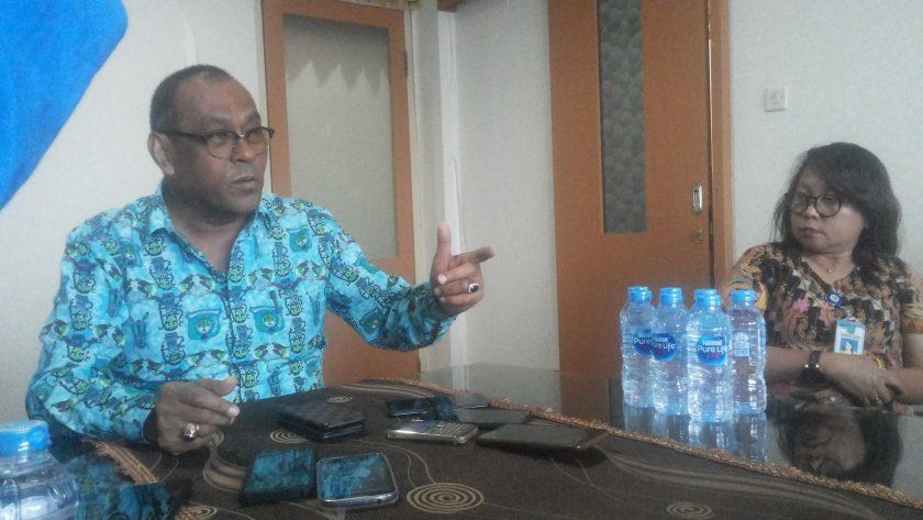 Sekda Kab Sorong Ir. Muh. Said Noer. M.Si. didampingi Kabag Humas Saat mengadakan konfrensi pers.