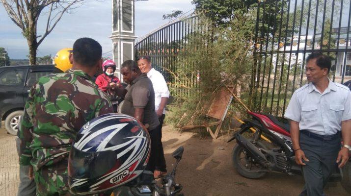 Pemalangan pintu gerbang kantor DPRD Kabupaten Sorong oleh Salmon Osok.