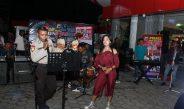 Penonton Berjoget Ikuti Alunan Lagu Suket Teki Yang Dibawakan Brigpol Roy Rumkorem Pada Hari Pahlawan