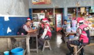 Unik, Polisi Bertopi Santa Claus Sambangi Warga di Pasar Darfuar Biak