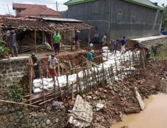 Warga Bangun Tanggul Bersama TNI – Polri Dikecamatan Margorejo