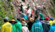 Pascabencana Tanah Longsor, Warga dan TNI Kerja Bakti Bersih – Bersih