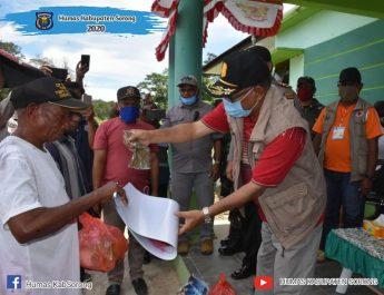 Kepala BKDD Kabupaten Sorong, Hermanus Rumwaropen saat menyerahkan bantuan. dok/humas
