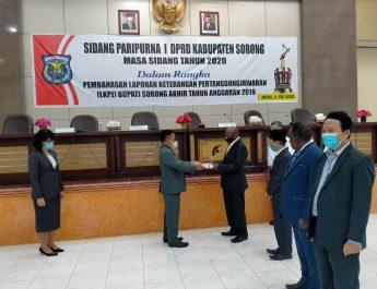 Wakil Bupati Sorong Suko Harjono saat penyerahan Materi LKPJ KPD ketua DPR Kabsor