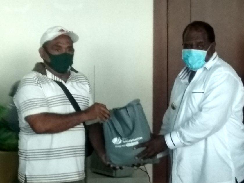 Bupati Sorong, Johny Kamuru menyerahkan secara simbolis bantuan bahan pokok dari BP Jamsostek Provinsi Papua Barat kepada salah seorang tenaga kerja terdampak Covid 19. Dok/red