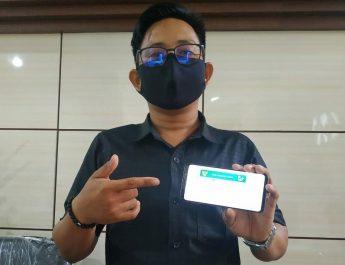 Salah seorang peserta JKN-KIS pengguna layanan elektronik. Dok/jamkesnews.com